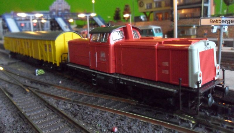 Diesellok 212 106 mit Gerätewagen in Bettbergen