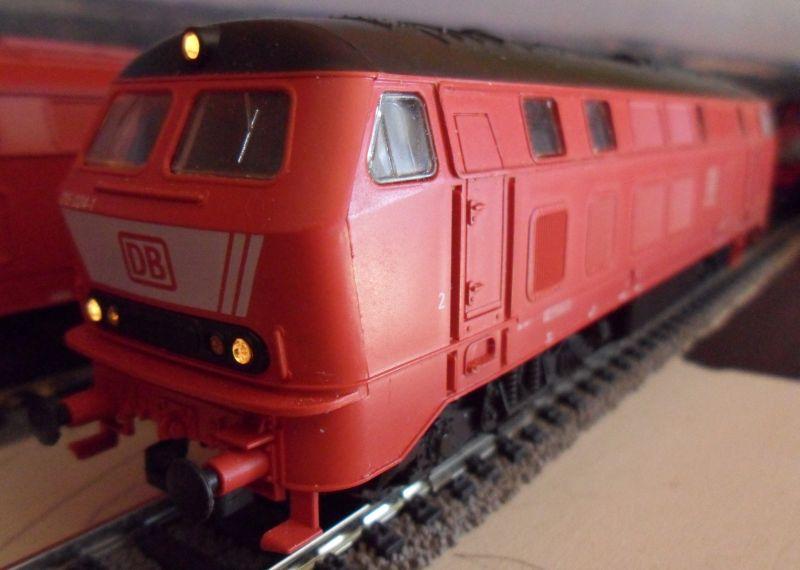Lok 215 024: Der neue DB-Keks wurde inzwischen durch alte DB-Logos ersetzt