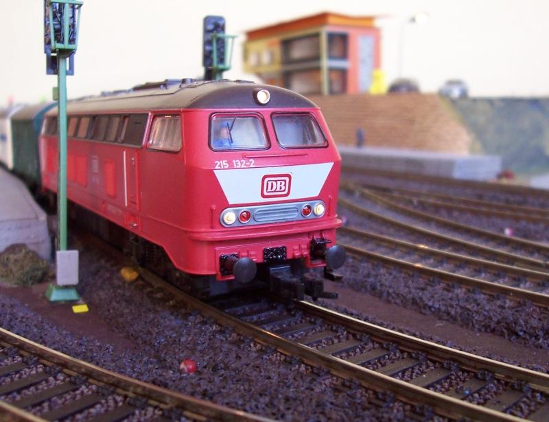 Ein Güterzug verlässt den Bahnhof