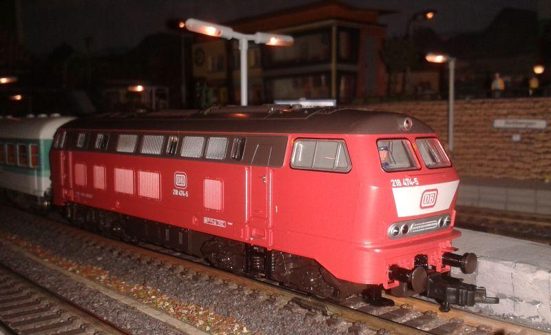 Diesellok 218 474 mit Regionalexpress im Bahnhof Bettbergen