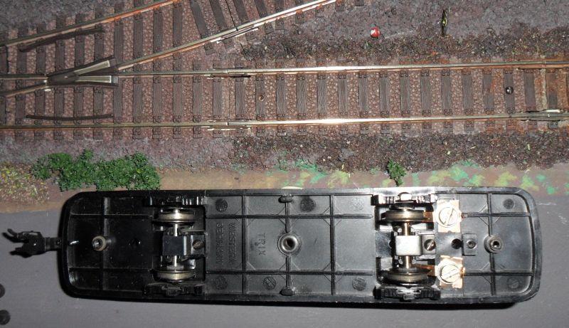 Unterseite des Schienenbusses mit Stromabnahme