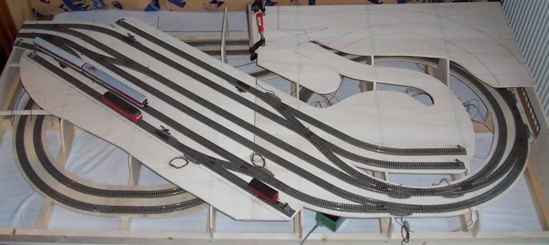 Modellbahn-Endsegment mit Durchgangsbahnhof