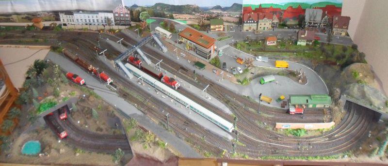 Übersicht der Modellbahn mit neuer Ladestraße im Vordergrund