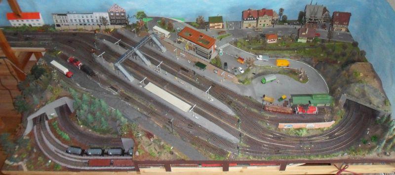 Übersicht über das Bahnhofsmodul Bettbergen mit Himmel-Hintergrund