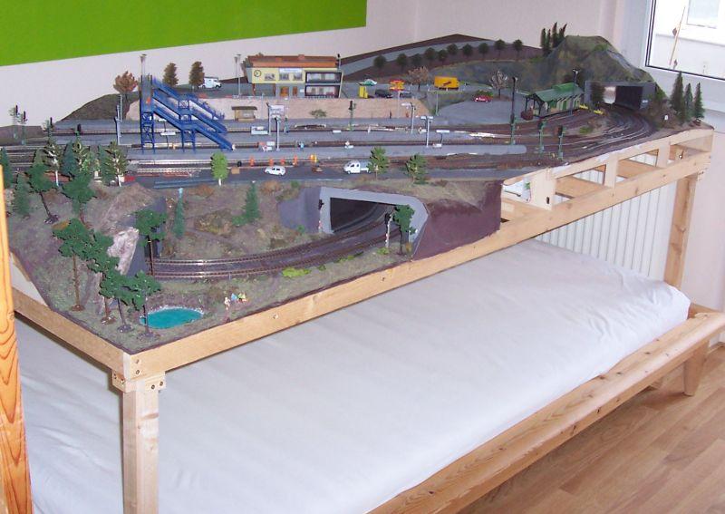 Bettbergen steht auf Tischbeinen