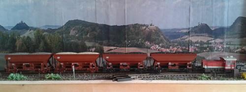 Vier Güterwagen der Bauart Fcs werden im Ausziehgleis des Bahnhofs Bettbergen durch die Köf (Baureihe 335) rangiert.
