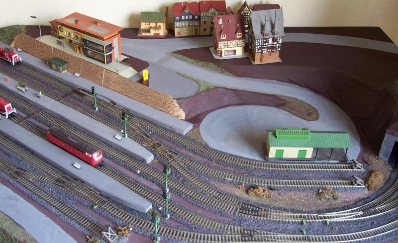 Stellprobe der Häuser auf der Modelleisenbahn