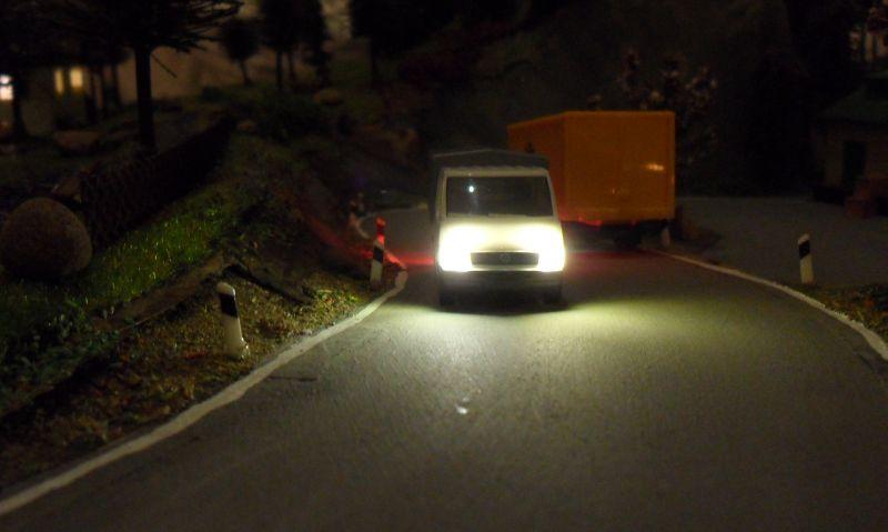 Scheinwerfer des ersten beleuchteten Autos in Bettbergen