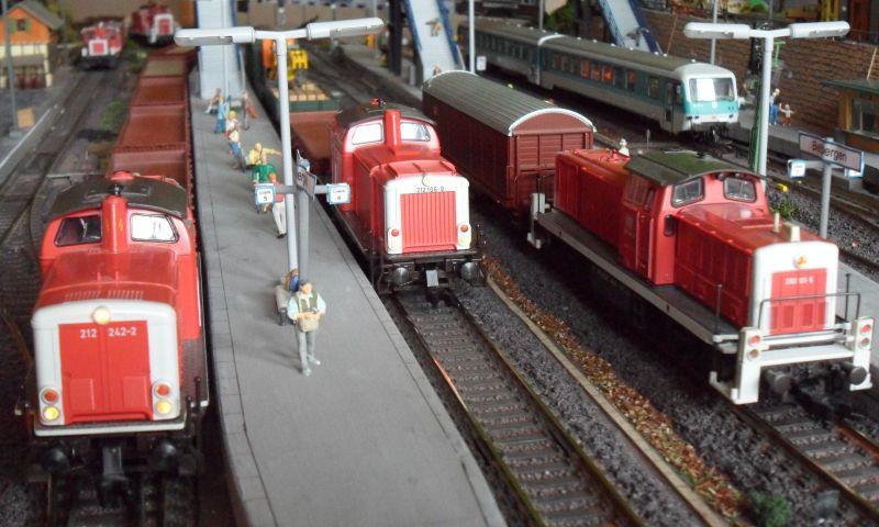 212 242 und 212 106 (beide von Fleischmann) im Bahnhof Bettbergen