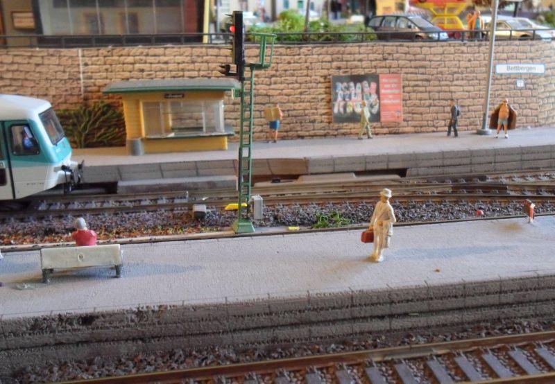 Bahnsteigszenen im Bahnhof Bettbergen