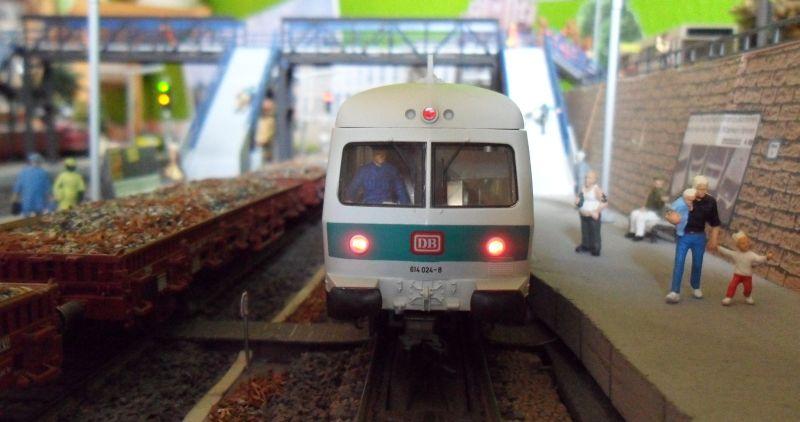 Triebwagen der Baureihe 614 wartet auf Gleis 1 im Bahnhof Bettbergen