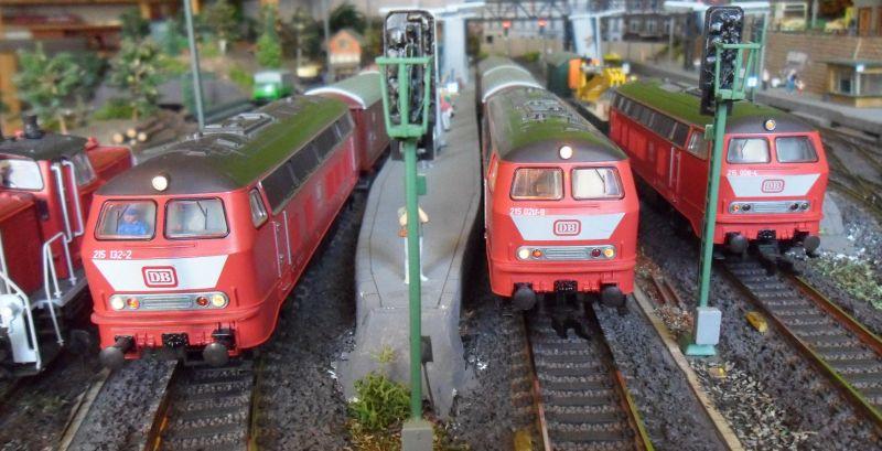 Drei Lokomotiven der Baureihe 215 im Bahnhof Bettbergen