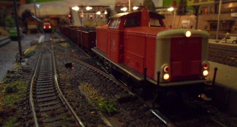 212 242 mit Güterzug auf Gleis 5 im Bahnhof Bettbergen