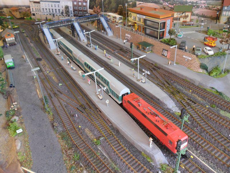 Regionalzug aus Doppelstockwagen am Gleis 4 im Bahnhof Bettbergen