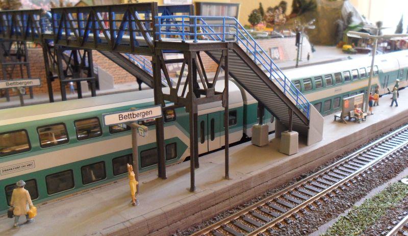 Regionalzug am Bahnsteig in Bettbergen