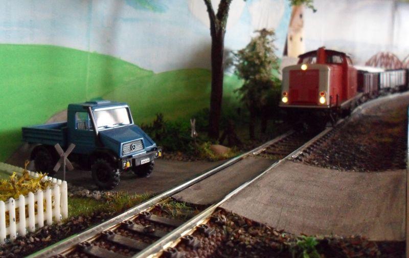 Güterzug am unbeschrankten Bahnübergang