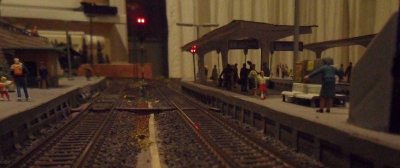 Hochstehendes Sperrsignal Ls2 auf dem Bahnsteig am Gleis 2
