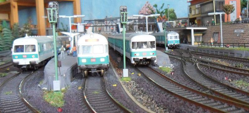 Von links: Triebwagen BR 614 (Fleischmann), Steuerwagen (Fleischmann), Triebwagen BR 624 (Bemo) und Steuerwagen (Roco)