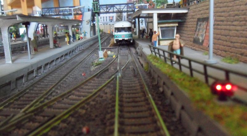 Regionalnahn wartet am Gleis auf die Abfahrt