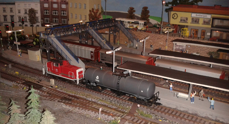 361 821 rangiert mit VTG-Kesselwagen im Bahnhof Bettbergen
