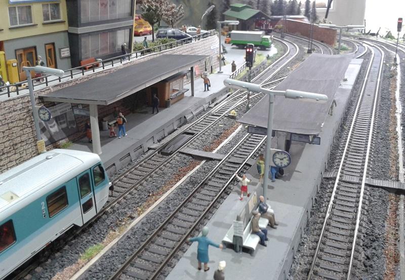 Blick auf die Bahnsteige im Bahnhof Bettbergen