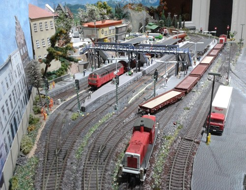 Ansicht des Gleisbereichs von der linken Bahnhofseinfahrt aus