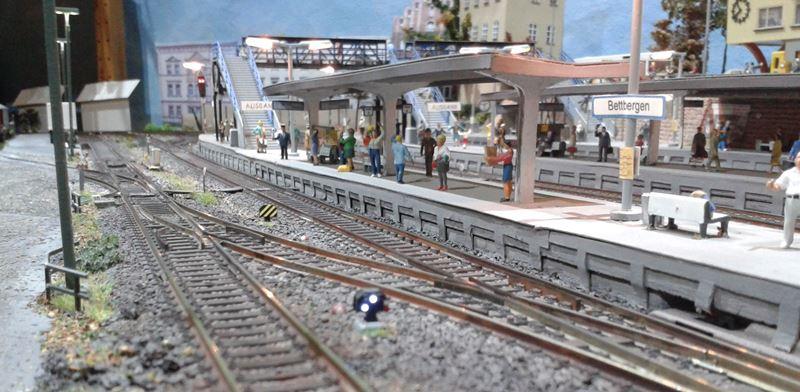 Das Lichtsperrsignal am Gleis 16 zeigt zwei weiße Lichter als Zustimmung zur Rangierfahrt.