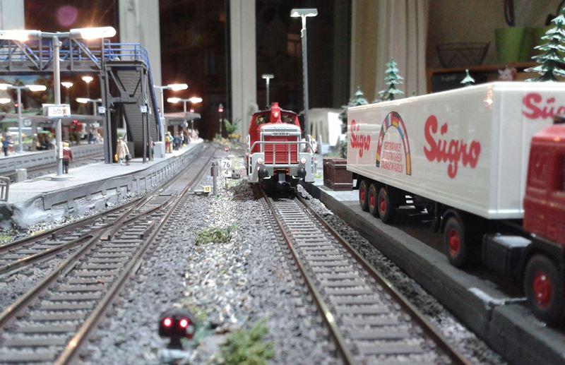 Die Rangierlok der Baureihe 361 hat auf Gleis 6 vorgezogen.