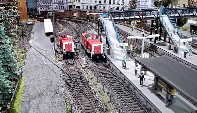 Zwei Lokomotiven der Baureihe 212 im Bahnhof Bettbergen