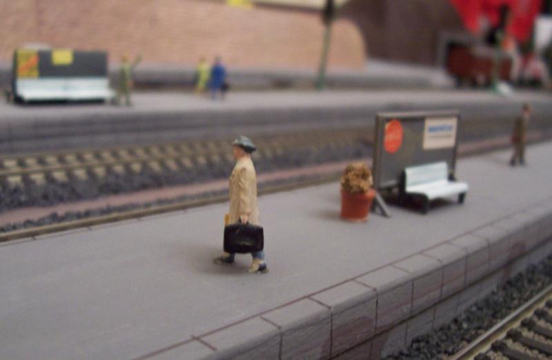 Reisender auf dem Bahnsteig
