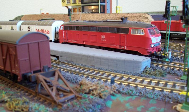 Ein Güterzug wartet im Bahnhof auf die Abfahrt