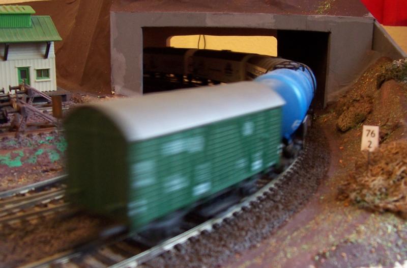 Güterzug verlässt den Bahnhof in Richtung Dämmertal