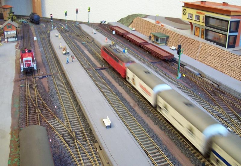 Ein Güterzug durchfährt den Bahnhof