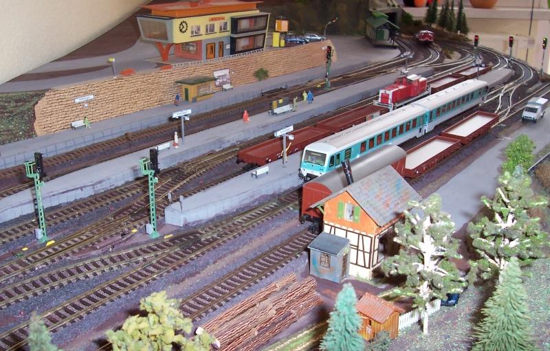 Im Bahnhof Bettbergen steht eine Regionalbahn abfahrbereit auf Gleis 5