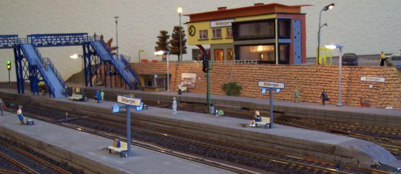 Bahnsteige mit Beleuchtung im Bahnhof Bettbergen