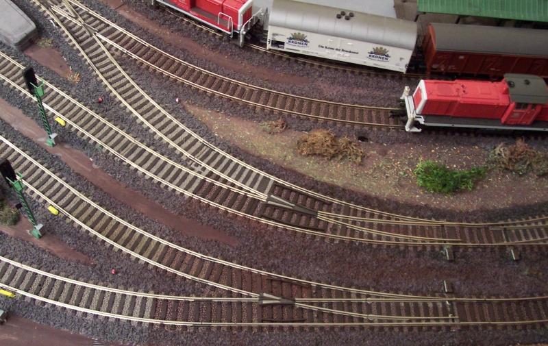 farblich behandelter Gleisschotter auf der Modellbahn