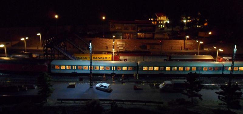 beleuchtete Stadt über dem Bahnhof