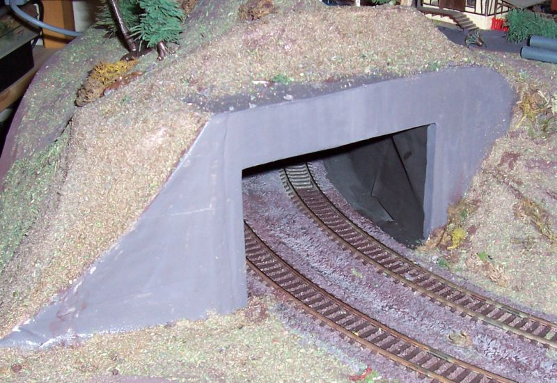 Mit Farbe und Streugut wird die neue Tunneleinfahrt gestaltet