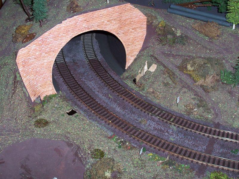 Noch ist das alte Tunnelportal sichtbar