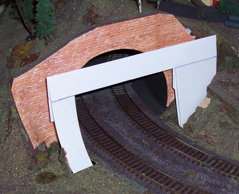 Eine Schablone aus Papier simuliert die neue Tunneleinfahrt