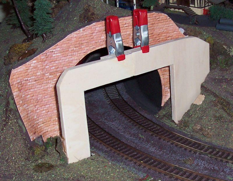 Die aus Sperrholzresten erstellte Tunneleinfahrt ist eingeleimt