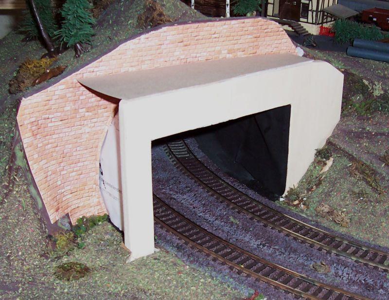 Die Innenwände des Tunnels werden aus geschwärztem Papier erstellt