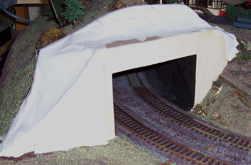 Durch Pappmaschee wird das neue Tunnelportal mit dem Berg verbunden