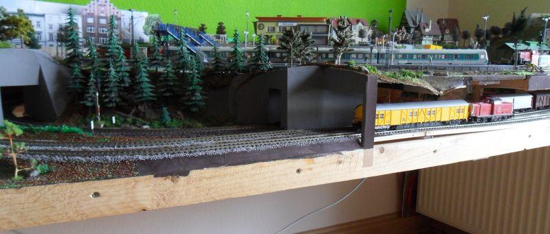 Vordere Anlagenkante der Modellbahn