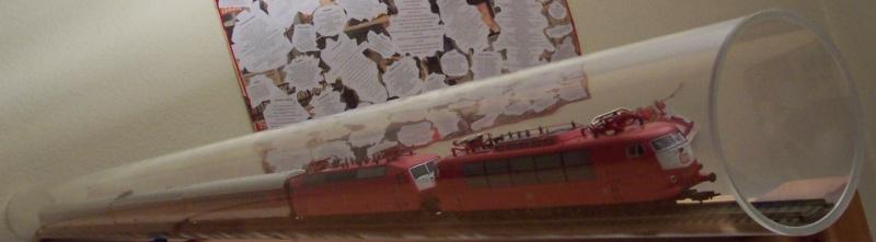Intercitywagen und -loks im Plexiglasrohr