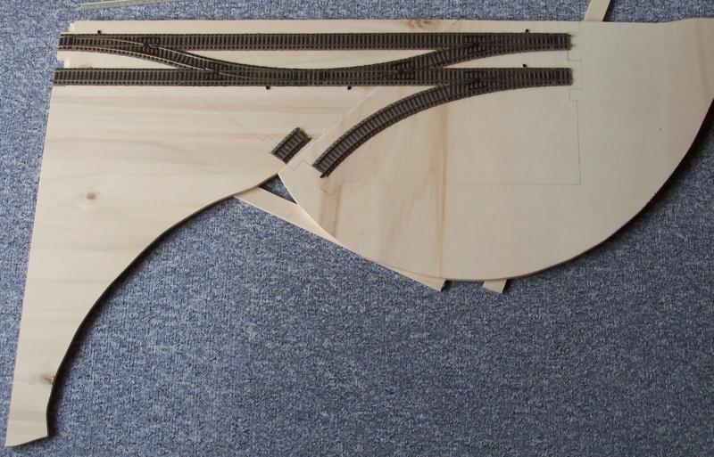Gleise und Weichen werden provisorisch aufgelegt