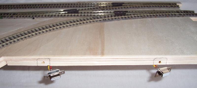 Ausgangssituation: Noch hängen die Anschlussbuchsen frei am Modellbahnsegment
