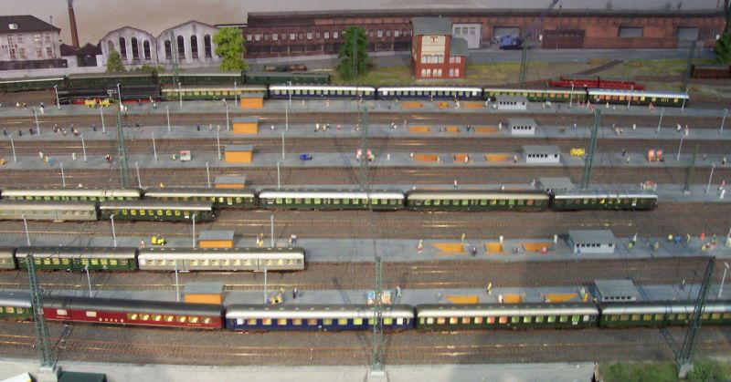 Züge im Bahnhof auf der Modellbahn